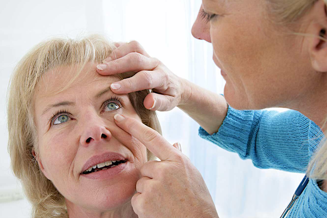 Người cao tuổi thường bị đục thủy tinh thể do lão hóa mắt